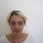 Jeune fille avant un relooking à Nice.