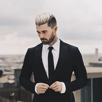 Homme aux cheveux décolorés.