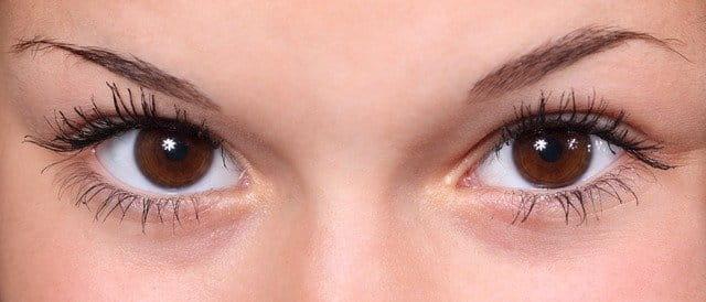 Regard de femme avec sourcils fins.