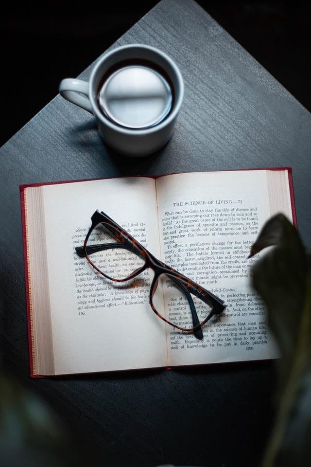 Des lunettes sur un livre.